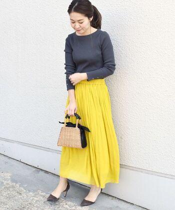 カラシ色っぽいイエローのスカート。ネイビーのトップスやヒールのパンプスと合わせて落ちついた感じでまとめると素敵ですね。