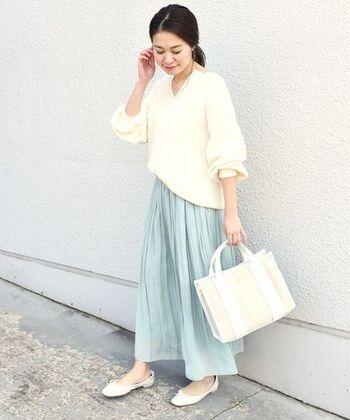 爽やかなライトブルーのギャザースカート。合わせるアイテムは全部白にして、春のそよ風みたいな清涼感を演出。