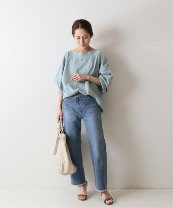 くすみブルーのTシャツ。ブルーのデニムと合わせて大人カジュアルな着こなしに。