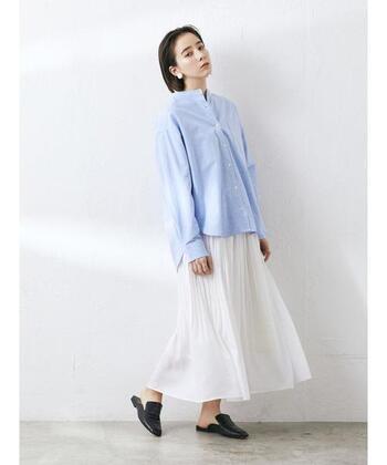 マニッシュな印象のライトブルーのシャツ。あえてふんわりとしたスカートと合わせて、アンバランス感を楽しんで。