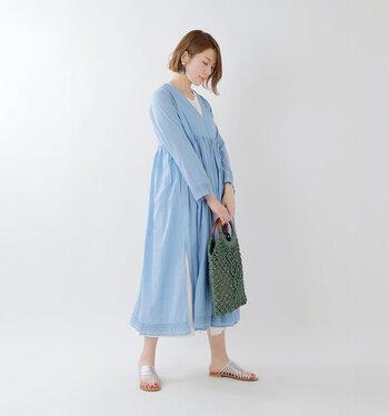 春にピッタリの軽やかなライトブルー。ワンピースとしてはもちろん、前をオープンにしてガウンのように着てもいいですね。