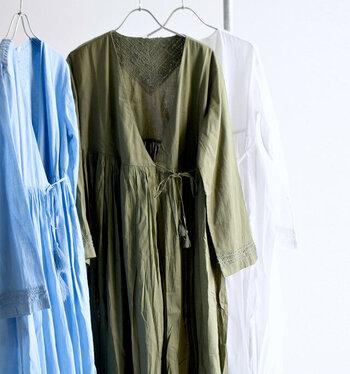 インドらしい手仕事ならではのあたたかみがある「AHUJAS(オージャス)」のコットン刺繍ワンピース。たっぷりのギャザーを使ったボリューム感あるシルエットが魅力的。細やかな刺繍がいたるところに施され、こだわりの詰まった一枚になっています。