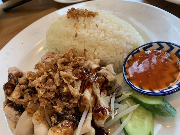 人気メニューがこちらのチキンライス。マレーシアアレンジのカオマンガイといったところで、タイのカオマンガイをは少し異なりますよ。甘酸っぱいチリソースとオニオンが香るソースと、絶妙な味わい。
