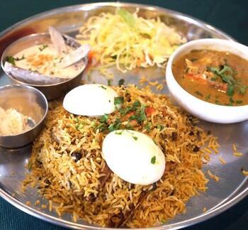 インドカレー好きにはファンが多い「ビリヤニ」もあり、こちらも人気。マトンが入ったマトンビリヤニなど、本格的な味わいです。  ちなみにお昼はランチメニューを提供。ミールス、ドーサ、カレー1種にナン+ライスなど様々なセットを提供しており、お昼に訪れるのもおすすめです。また、たらふく食べたい!という方は「南インド料理コース(飲み放題食べ放題)」にするという手も。  アットホームな雰囲気のお店なので、いろんなシーンで利用しやすいですよ。