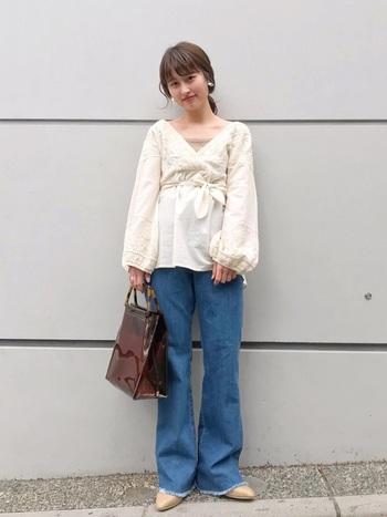 ホワイトのカシュクールブラウスにジーンズを合わせた大人カジュアルコーデ。トップスと同系色の刺繍は甘さが控えられ、大人っぽい印象に。ブルージーンズが清涼感を与えて春夏ムードを高めます。