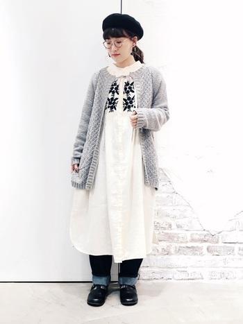 刺繍をあしらったホワイトのワンピースにグレーのカーディガンを合わせたスタイリング。ベレー帽やメガネを合わせると、ガーリーなコーディネートにレトロなニュアンスが加わり、大人っぽい雰囲気に。