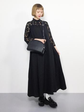 重たくなりがちなオールブラックコーデも、透け感のある刺繍をあしらったアイテムなら軽やかで女性らしい雰囲気に。半円型のショルダーバッグを合わせれば、レディ感のあるトレンドライクなスタイリングの完成です!