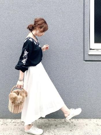 ブラックの刺繍ブラウスにホワイトのロングスカートを合わせたモノトーンコーデ。ベーシックな配色のアイテムでまとめるときは、小物で遊び心をプラスするのがおすすめ。コーディネートを華やかにアップデートできます。