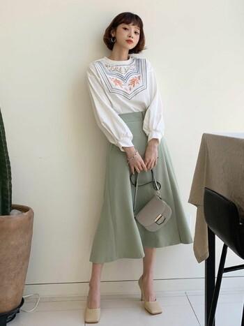 刺繍をあしらったトップスにミントグリーンのスカートを合わせたトレンドライクなスタイリング。ころんとした丸みのあるショルダーバッグを持てば、レディ感がアップします。