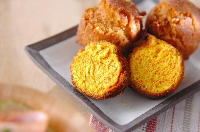 優しい甘さがクセになる、沖縄を代表するおやつ「サーターアンダギー」。しっかり中まで加熱できるように、じっくり揚げてくださいね。