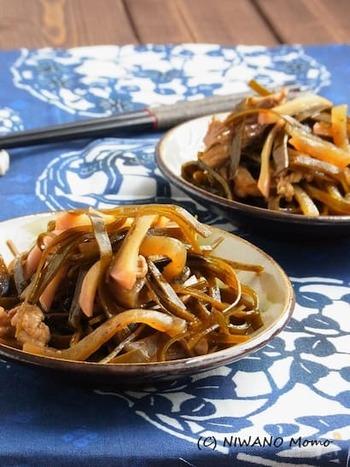 沖縄の言葉で、昆布のことを「クーブ」と言い、炒めることを「イリチー」と言います。沖縄は昆布や鰹節などをとても上手に使うお料理が多いですよね。この「クーブイリチー」もその一つ。甘じょっぱい味付けは白いご飯にもぴったりです。