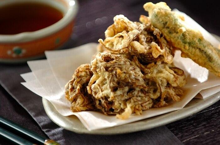 酢の物でいただく印象が強いもずくを天ぷらにした、人気の沖縄料理です。衣をふわふわとさせるのがポイント。さらに美味しく仕上げるのは、2度揚げするとよいですよ。