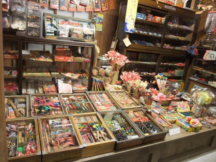 1階の昭和博物館にある駄菓子屋さん。当時は子供達がワクワクしながら通っていました。駄菓子だけでなく、メンコや羽子板、シャボン玉などおもちゃも陳列されています。