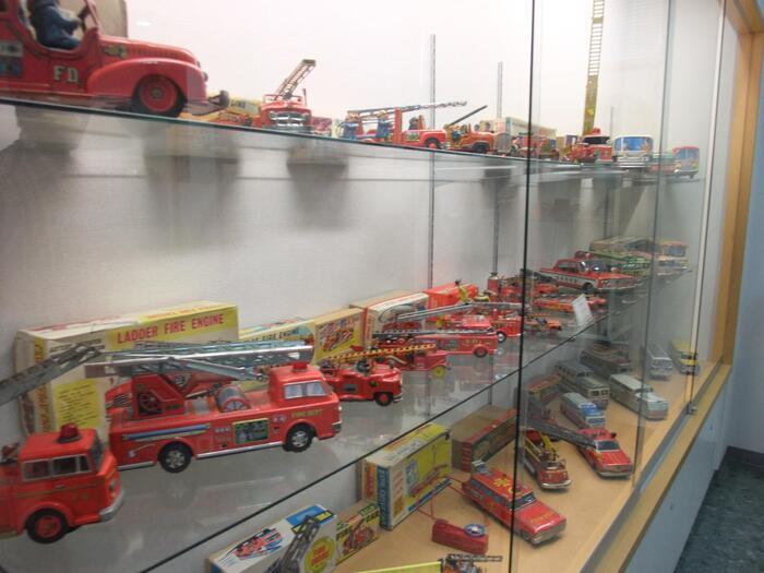 2階のおもちゃ館。昭和の男の子の憧れだった、車や飛行機のおもちゃやロボット、ロケットなどが並べられています。