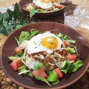 ケチャップとソースで作れる「タコライス」レシピです。島とうがらしがない場合は、鷹の爪と日本酒で代用できますよ。  ひき肉の旨みが詰まったタコミートは、レンジで簡単に作れるので、自宅でのおもてなしランチにもぴったり。