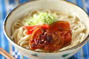 豚バラ肉と鶏ガラでとったスープが美味しい沖縄そば。甘辛い「らふてー」と、紅生姜を乗せればおうちでも本場沖縄の味を再現できますよ。