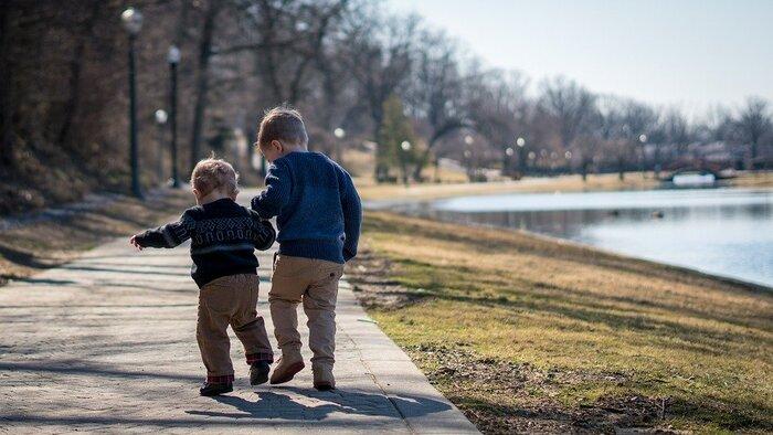子供が複数いる親は、どうしても手がかかる子、そうではない子で、態度に差が出てしまうことがあります。  子どもの感受性は豊かなので、そういう態度を受けた子供は「自分ではない兄弟の方が愛されているのか」と卑屈になったり、気を引こうとする性格になる場合も。