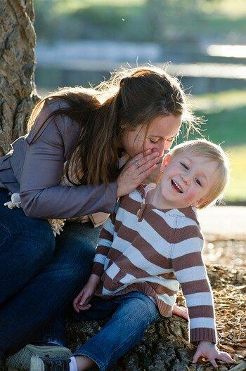 子供が心を許している、大好きな人たち――。配偶者や先生、子供の友人、そしてその友人の親などを否定することを言うのは良いことではありません。  そもそも人の悪口を、本人がいないところで好き勝手に言って、本人がいたら言わないといった母のふるまいは、子供にとって良い影響を与えません。  たとえばパパや学校の先生は、尊敬すべき存在です。そうしたシーンに遭遇すると、子供は少なからずショックを受けます。そして、自分を否定されたような気持ちになり、顔色をうかがう性格になってしまうことも。