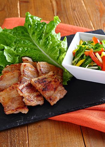 サムギョプサルも韓国料理では有名ですね。厚みのある豚バラ肉とナムルをサンチュで巻いていただきます。このレシピでは、パプリカや水菜のカラフルなナムルを使っています。