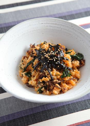 数種類のナムルを使うことで、チャーハンが格段においしくなります。石焼ビビンバのような香ばしい仕上がり。コチュジャンと韓国のりをトッピングすれば、本場韓国の味が堪能できます。