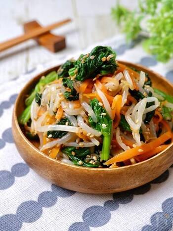 ほうれん草・にんじん・もやしの3種の野菜を使った、電子レンジ使用の3色ナムル。一気に簡単に作れ、彩りもきれいなので副菜やお弁当におすすめです。