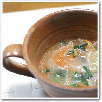 残ったナムルと鶏手羽先で作ったリメイクスープ。残り物とは思えない、手間をかけた味わい深さが楽しめます。