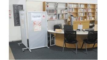 おとな用の閲覧席は201席。※利用登録が必要です。時間制で、電子資料閲覧席やパソコン持ち込み席あり。 マイナンバーカードを使えば、図書館利用者カードの登録が可能です。
