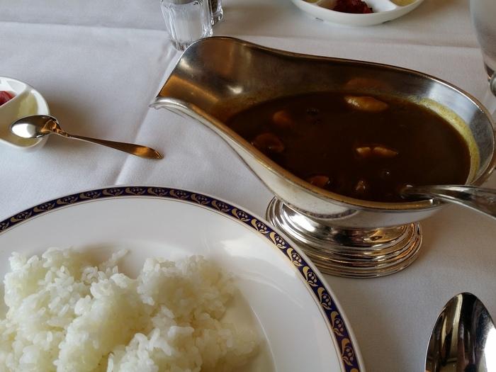 「特製ガスビルカレー」は、ビーフ・チキン・小海老・シーフードフライの4種類。ビーフカレーにはサイコロ状の柔らかいヒレ肉がゴロゴロ入っていて、肉の旨味を堪能できます。何日も煮込まれて野菜の甘みがしっかり出たルーも絶品。