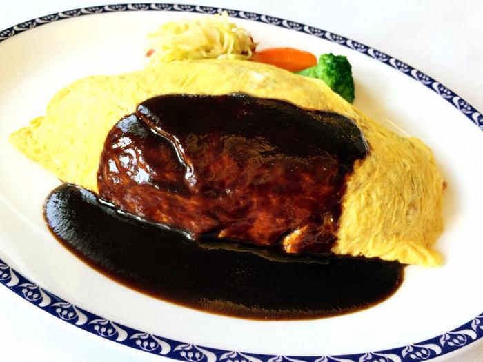 「ガスビル食堂名物料理」とされているオムライス。コクのあるデミグラスソースは、その場で好きな量をかけてもらうことができます。中のケチャップライスには牛肉がたっぷり入っていて、デミグラスソースとの相性も抜群。