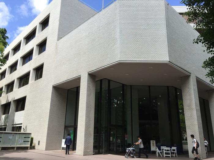 広尾駅から数分の「有栖川宮(ありすがわのみや)記念公園」内。2館ある都立図書難のうち1つ(もう1つは調布図書館)。1973年、「都立日比谷図書館」の蔵書を引き継いで開館。蔵書数は国内の公立図書館では最大級の200万冊以上。概要は下記の動画をご参照ください。  ※21:00までの開館:月曜日から金曜日。(土曜・日曜・祝日:17:30まで)