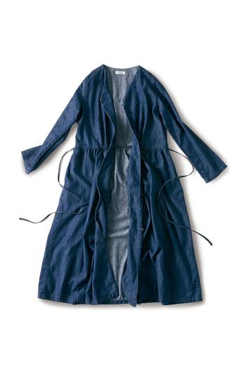 春に持っていると便利なのは、前開きで羽織りとしても使えるロング丈のワンピース。コーディネートの幅が広がるだけでなく、外出先での寒暖差にも対応できるので冷えから身体を守ることができ、安心です。