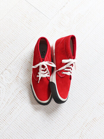真っ赤なスエード素材が目を引くSOLSのスニーカー。SOLSでは1960-70年頃のディテールやシルエットに現代の要素をプラスした洗練されたデザインのスニーカーを展開しています。