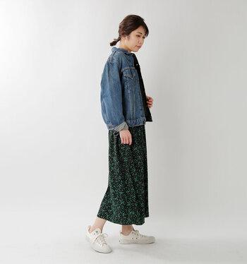 素足で履いてフェミニンなスカートと合わせてみるのがおすすめ。女性らしいスタイリングをこのスニーカーであえて外してみて。