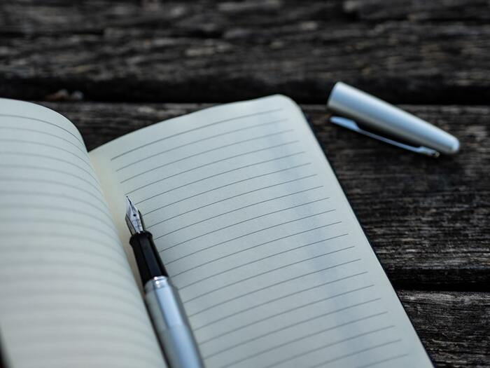 3日坊主の方、長い文章が苦手という方におすすめの日記アプリ。短文に適したレイアウトで、シンプルで使いやすいので、メモとしても◎1日に複数件残せて、端末へのバックアップも可。パスコードロックもかけられます♪