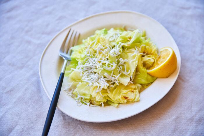 □お家ご飯 【春キャベツとしらすのサラダ】  オリーブオイルを入れたフライパンに春キャベツを入れ火にかけた、シンプルサラダ。塩気のあるしらすと甘みのある春キャベツが良い塩梅でやみつきになるはず!