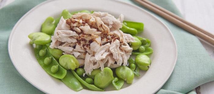 ■おもてなしご飯 【春豆バンバンジー】  旬のそら豆とスナップエンドウを使った棒棒鶏。棒棒鶏にはいつもきゅうりやもやしを使う、という人に是非チャレンジしてもらいたい一品。取り分けやすいのでおもてなしの時に最適です。