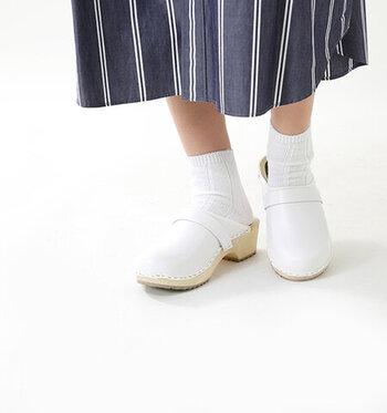 スウェーデンの職人の手で丁寧に作られ、天然の木の温もりを感じさせるしっかりとしたつくりのサボサンダル。光沢感のあるレザーとの組み合わせで、上質な印象を与える一足に仕上げています。春夏はもちろん、厚手の靴下屋タイツと合わせれば一年中履けるのも大きな魅力ですね♪