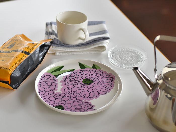 フィンランドを代表するブランド「マリメッコ(marimekko)」の丸形プレート。プリマヴェーラシリーズは、マイヤ・イソラがマリーゴールドが咲き乱れる故郷フィンランドの風景に想いを馳せ、手掛けたデザインです。大ぶりの花が華やかで、春の訪れを感じさせてくれ、食卓を明るく華やかに演出してくれます。