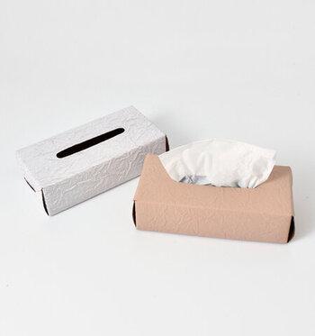 牛革に型押しを施すことで、まるで紙製のように見えるレザー素材のティッシュケースです。でこぼこ感やギザギザのカッティングなど、紙の風合いを演出するために細部までこだわって作られています。