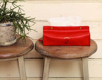 落ち着いたカラーリングの合成皮革で作られた、シンプルデザインのティッシュケース。フロント部分にさりげなくスヌーピーのイラストを施し、ナチュラルなインテリアにも馴染む遊び心たっぷりなアイテムに仕上げています。白や赤など全5色展開。