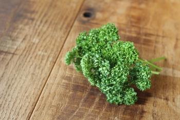 しかし日本でパセリと言えば、画像のような葉っぱが縮れていて茎が苦いカーリーパセリのことを言います。