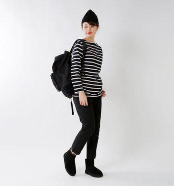 ネイビーベースのボーダートップスに、黒のパンツを合わせたメンズライクな秋コーディネートです。ブーツやニット帽、リュックも全て黒で揃えて、シンプルでクールなスタイリングに。