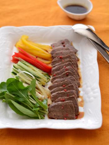 ■おもてなしご飯 【ゆで牛 オリーブ醤油ソース】  グリルしたメインのお肉に、何か気の利いたさっぱりしたものを添えたい!そんな時におすすめなのがルッコラ!茹でた牛肉と相性が良く、お肉の旨味をしっかり引き立ててくれます。
