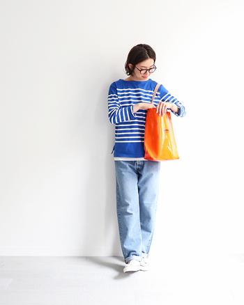 青と白のコントラストが鮮やかなボーダートップスに、薄色デニムを合わせた同系色コーデ。足元の白スニーカーとチラ見せした白インナーで爽やかさをアップしているのがポイントです。オレンジのトートバッグがコーデのアクセントに♪