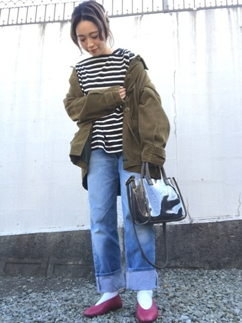 「ZARA(ザラ)」の白黒ボーダートップスに、カーキカラーのジャケットを合わせたコーディネート。ワイドデニムパンツの裾を太めにロールアップして、ボルドーカラーのパンプスをしっかり見せたスタイリングがポイントです。