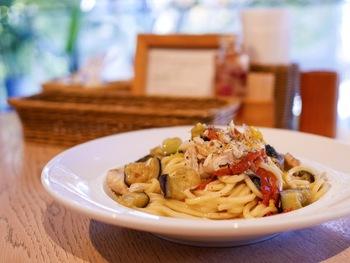 イタリアンカフェなので、趣向を凝らしたパスタメニューなどをいただけます。  ランチタイムは、サラダ、ドリンク付きの「日替わりランチ 」や「スープランチ 」などがあり、こちらも狙い目です。