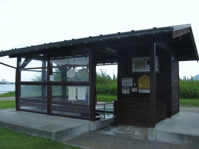 このように、雨も除けられる屋根つきの、足湯用の小さな建物があるんです。無料で利用できますよ。  温泉で足を温めながら、夕日が落ちると同時に自然が表情を変える風光明媚な景色を愉しむ——贅沢なひと時ですよね。  またすぐそばには、温泉を持ち帰りできる「温泉スタンド」(100円で約100リットル)もありますよ。