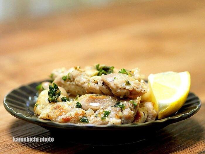 鶏もも肉を強火で焼き、塩、黒胡椒で味付けをし、仕上げにレモン汁と刻んだ生のパセリを入れて出来上がり♪市販の粉パセリではなく、刻んだ生のパセリを使うと、その美味しさにはまってしまうかも。