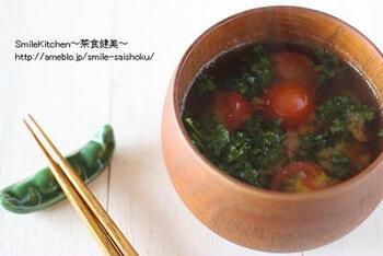 パセリとプチトマトで作るお味噌汁。お味噌汁の具材としてあまり使わない野菜で作る洋風のお味噌汁は、和洋どちらも料理にも合うのも嬉しいポイントです。