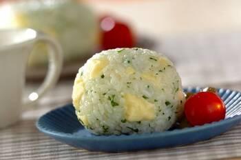 いまだに人気のオイルおにぎり。こちらは刻んだ生のパセリが入った風味の良いおにぎり。パセリとチーズは良く合い、彩りも良いので、お弁当にも◎。